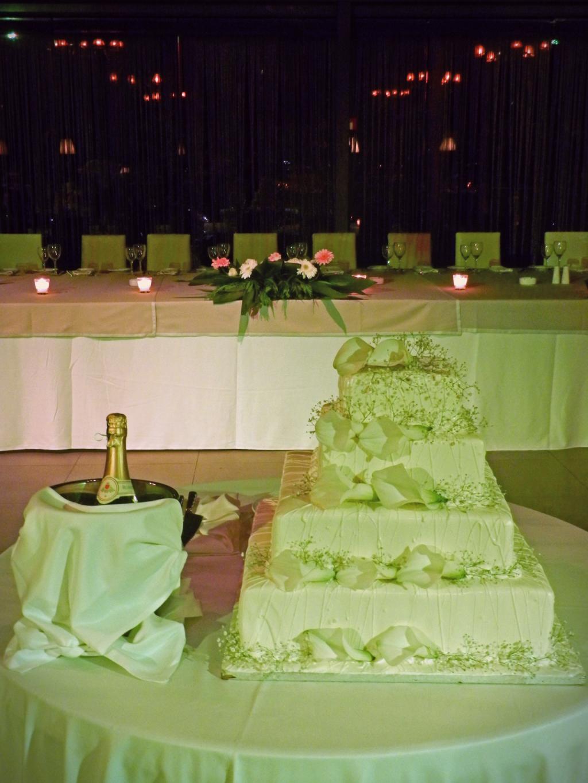 Η γαμήλια τούρτα που κόπηκε αμέσως μετά την είσοδο των νιόπαντρων και δίπλα η σαμπάνια με την οποία ευχαρίστησαν τους καλεσμένους για την παρουσία και τις ευχές τους