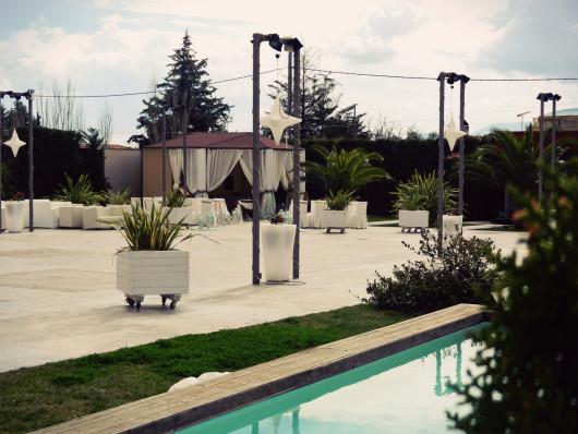 Ο εξωτερικός χώρος του Anais club και το εκκλησάκι