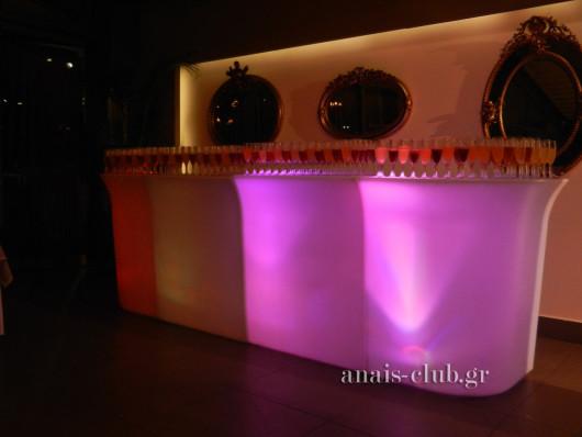 Το φωτιζόμενο bar στο Anais club γεμάτο με cocktails και welcome drinks για τους καλεσμένους