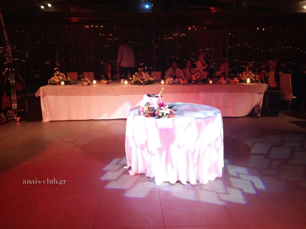 Το νυφικό τραπέζι διακοσμήθηκε κατά μήκος με μπουκετάκια φρέσκων λουλουδιών, όπως και το τραπέζι της γαμήλιας τούρτας, αλλά και το τραπέζι ευχών