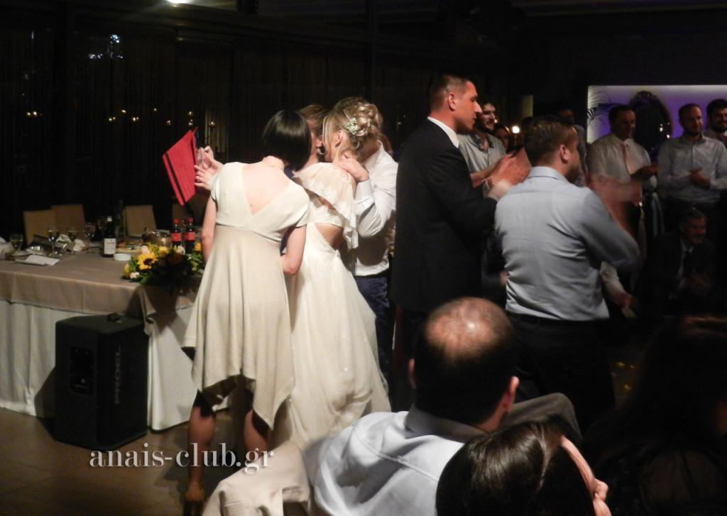 Δεν θα μπορούσε βεβαίως να μην υπάρξει και selfie της νύφης με φίλες και φίλους