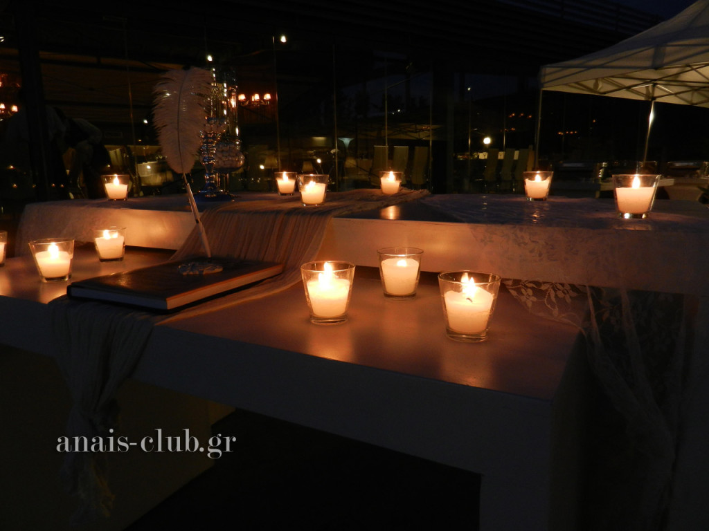 Το τραπέζι με το βιβλίο ευχών ήταν ρομαντικό, χάρη στα κεριά, ενώ στη συνέχεια προστέθηκαν και μικρά μπουκετάκια λουλουδιών.