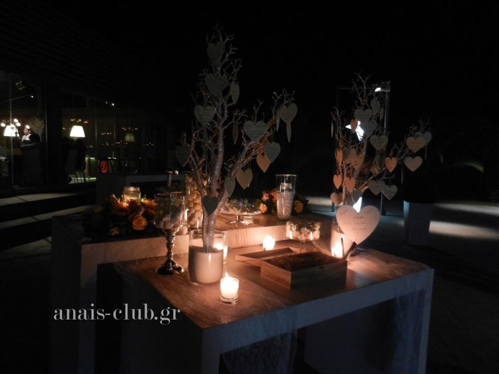 Το ρομαντικά διακοσμημένο τραπέζι στην υποδοχή, έξω από την αίθουσα με τα δεντράκια των ευχών