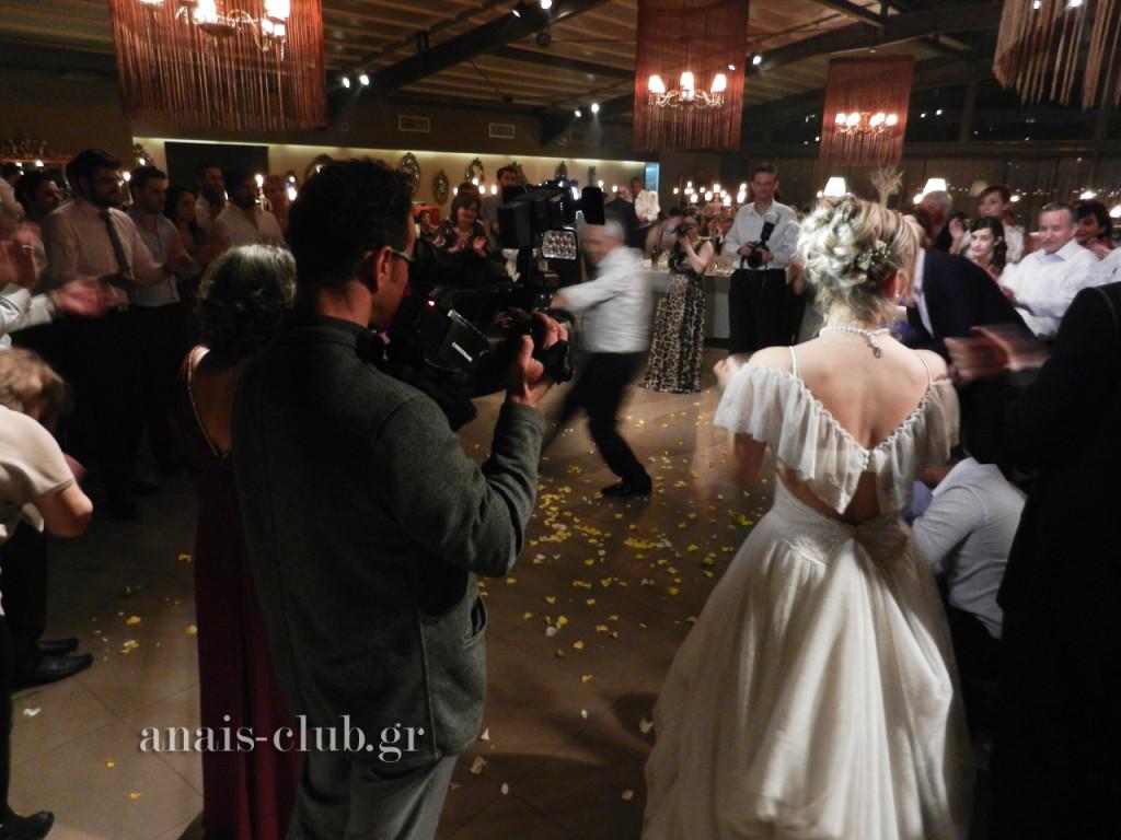 Στιγμιότυπα από τον χορό με τη νύφη να συμμετέχει και να καμαρώνει τους καλεσμένους της να χορεύουν. Φανταστική και η πίσω όψη του νυφικού της