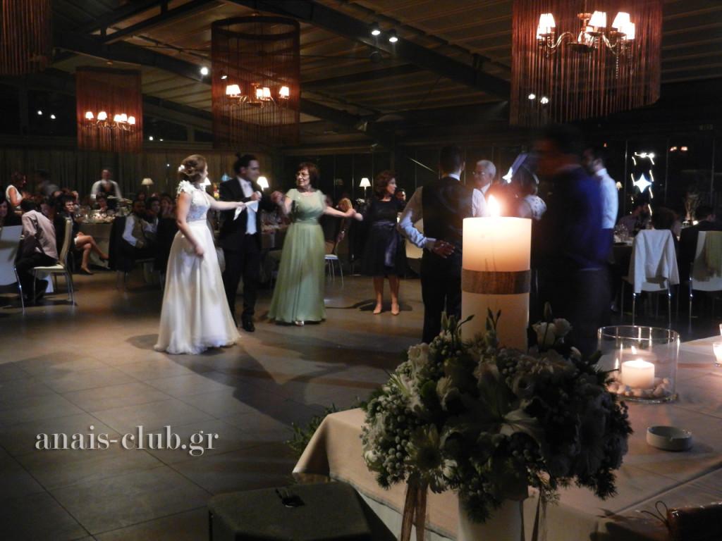 Οι νιόπαντροι άνοιξαν τον χορό μαζί με τους κουμπάρους και τις οικογένειές τους