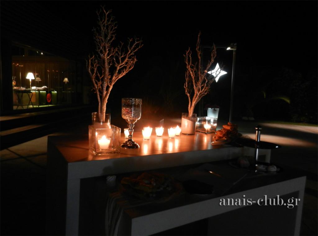 Σε ρομαντικό ύφος και το τραπέζι για το βιβλίο ευχών που ήταν τοποθετημένο στον εξωτερικό χώρο του Anais club