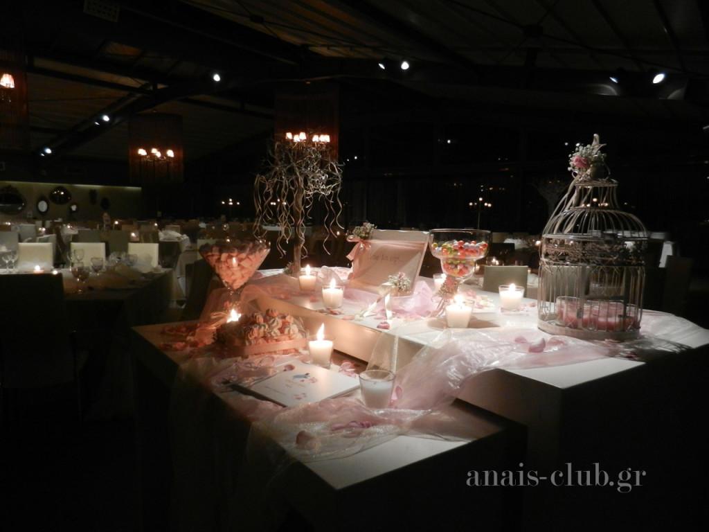Τραπέζι ευχών γάμου και βάπτισης μαζί, σε ρομαντικό ύφος, που είναι τοποθετημένο στην είσοδο της αίθουσας και οι καλεσμένοι μπορούν οποιαδήποτε στιγμή να το πλησιάσουν και να γράψουν τις ευχές τους