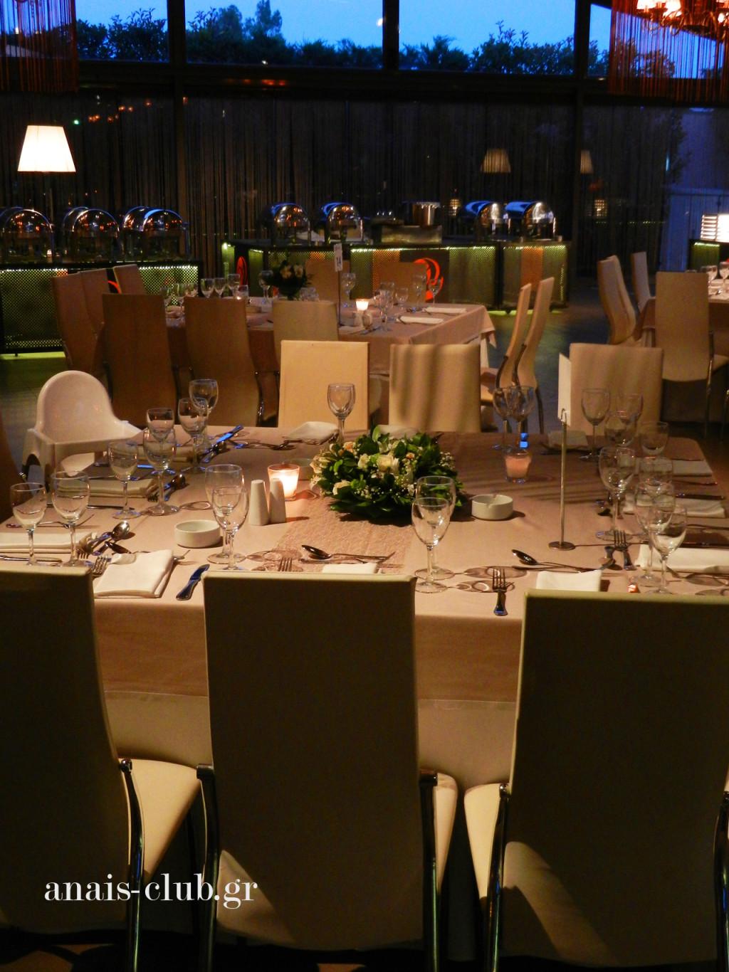 Τα τετράγωνα τραπέζια στο Anais club μπορούν να φιλοξενήσουν συνολικά 12 άτομα