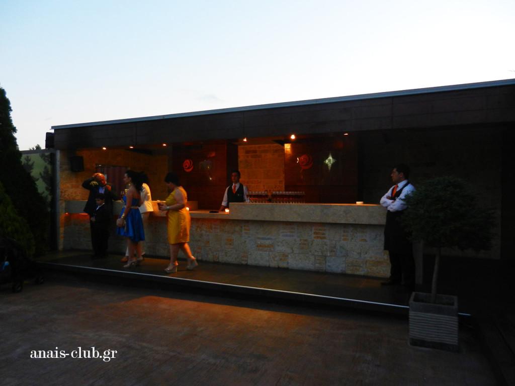 Στον εξωτερικό χώρο λειτουργεί outside χτιστό Bar απ' όπου σερβίρονται τα welcome drinks κατά την προσέλευση των καλεσμένων