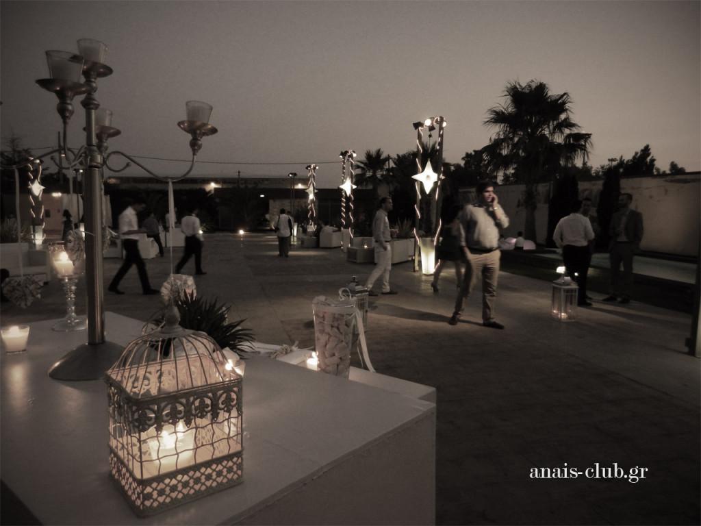 Κι ενώ η προσέλευση των καλεσμένων συνεχίζεται... η νύχτα πέφτει και όλα γίνονται πιο ρομαντικά υπό το φως των κεριών