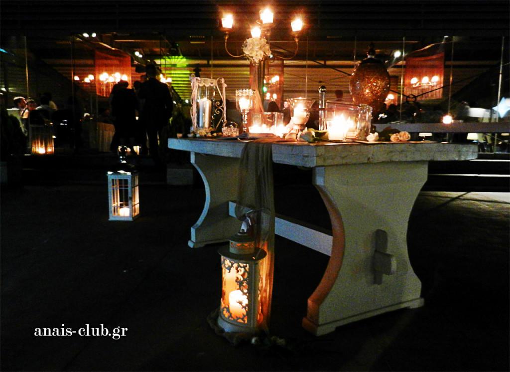 Το τραπέζι με το βιβλίο ευχών διακοσμήθηκε ρομαντικά και τοποθετήθηκε λίγο πριν την είσοδο της αίθουσας