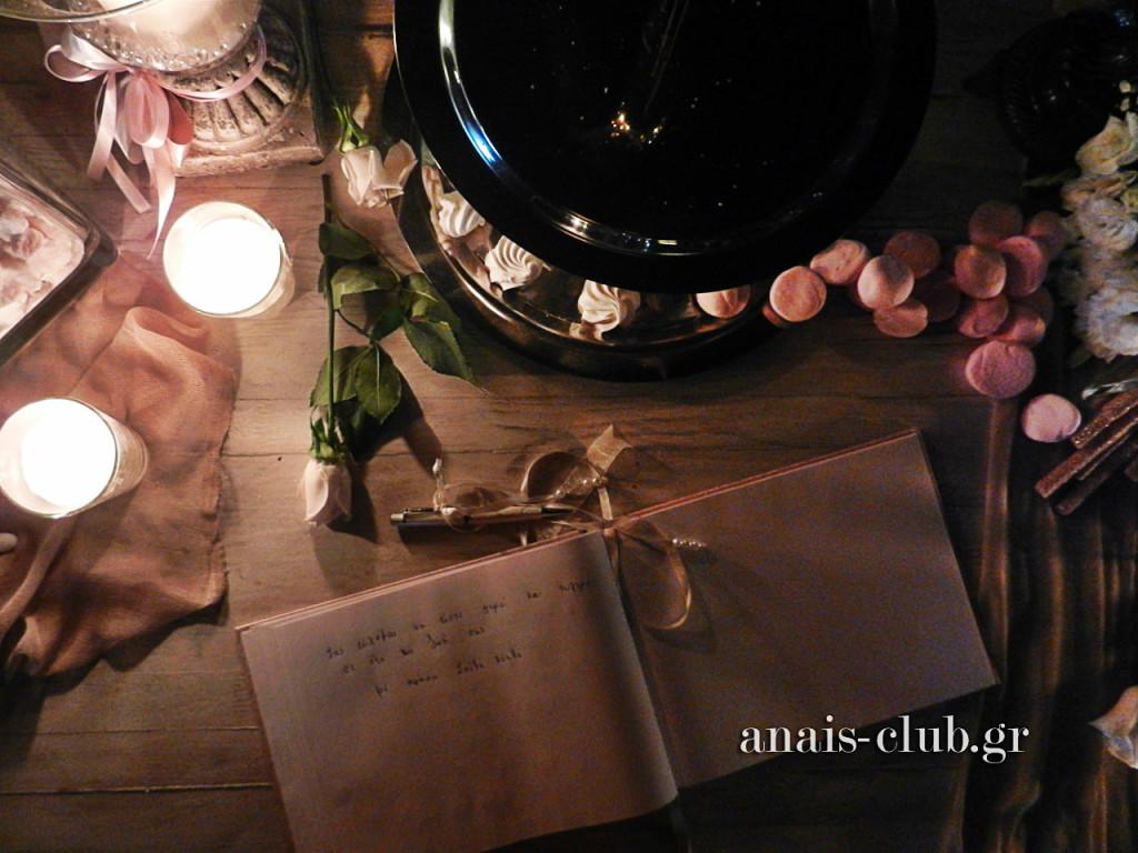 Ρομαντική εικόνα από το τραπέζι με το βιβλίο ευχών