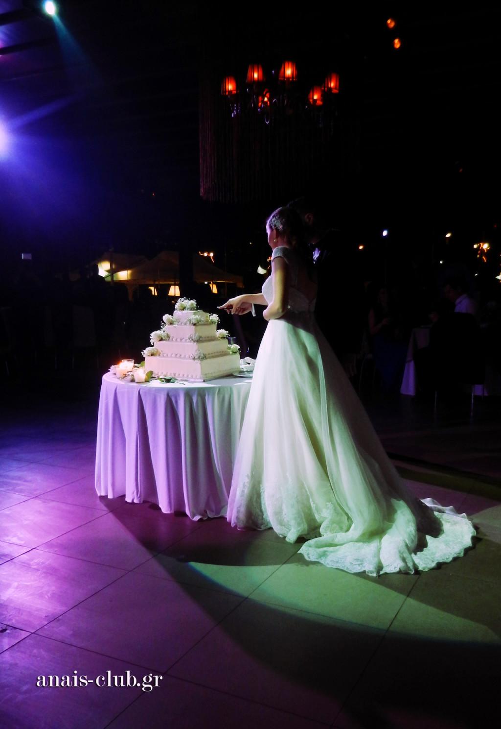 Οι νεόνυμφοι κόβουν τη γαμήλια τούρτα τους και ευχαριστούν τους καλεσμένους τους υψώνοντας τα ποτήρια τους με τη σαμπάνια αμέσως μετά