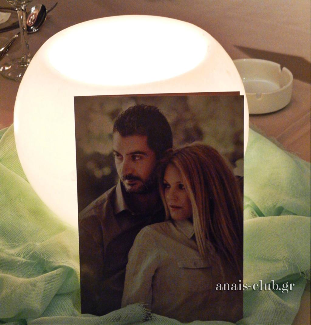 Μια ρομαντική φωτογραφία του ζευγαριού κοσμεί κάθε τραπέζι