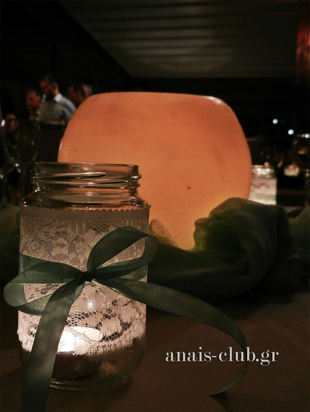 Centerpiece η κερόμπαλα πάνω σε ύφασμα στο χρώμα της μέντας και βαζάκια ντυμένα με ρομαντική λευκή δαντέλα και κορδελίτσα στο ίδιο χρώμα της μέντας
