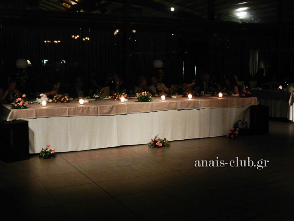 Το νυφικό τραπέζι, διακοσμημένο απλά και όμορφα με κεριά, συνθέσεις και μπουκέτα λουλουδιών