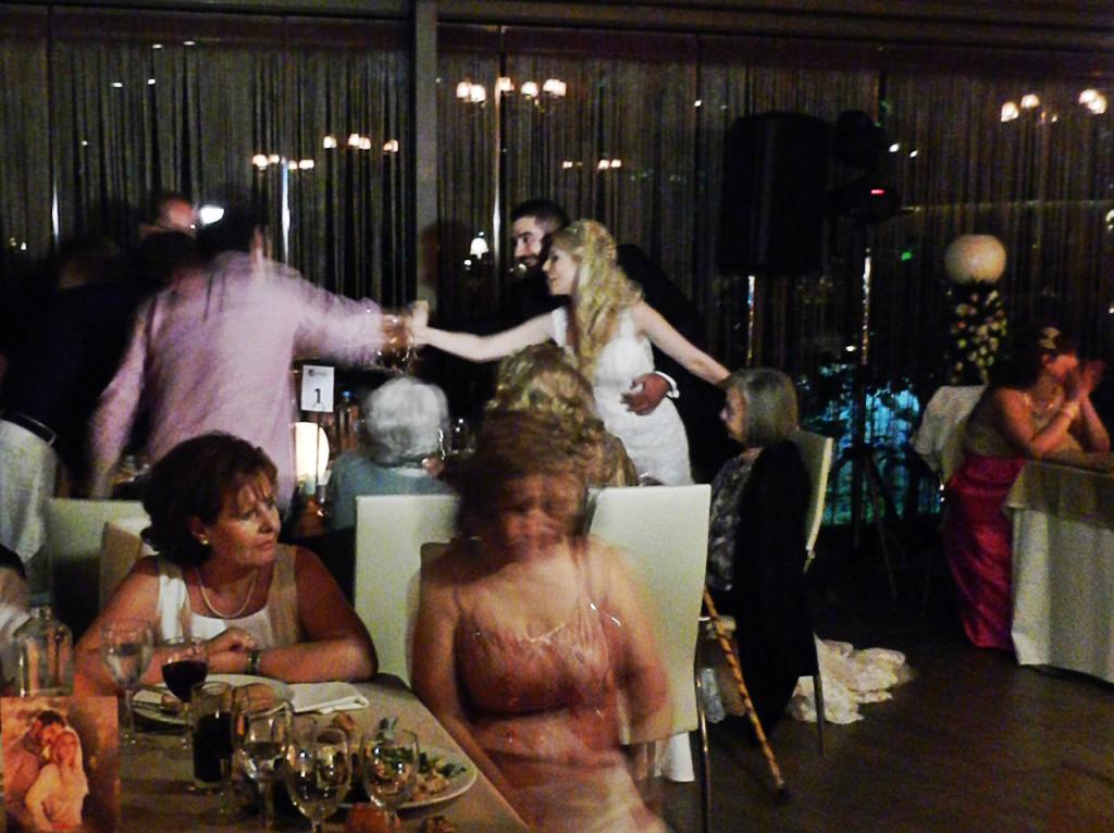 Η ώρα που αφιερώνει το ζευγάρι για να περάσει από όλα τα τραπέζια και να ευχαριστήσει τους καλεσμένους του είναι εξαιρετικά σημαντική, όμως θα πρέπει να μην διαρκέσει πολύ