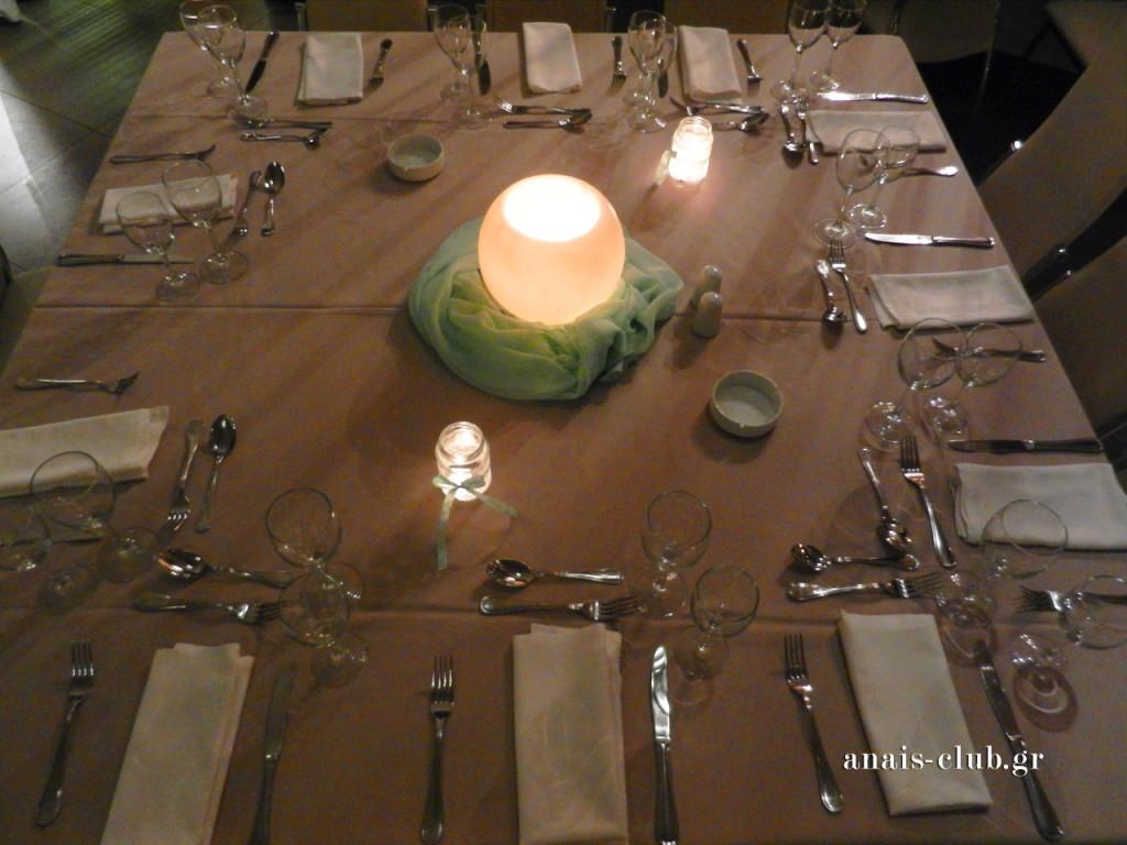 Από ψηλά το στρωμένο τραπέζι με κεντρική διακόσμηση την κερόμπαλα, την οποία διάλεξε το ζευγάρι, μεταξύ των επιλογών που παρέχουμε για τον στολισμό