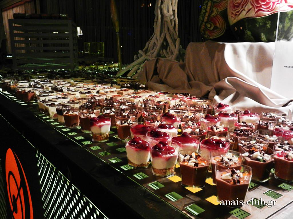 Δίπλα στο συντριβάνι σοκολάτας υπήρχε και Buffet γλυκών με ατομικά γλυκάκια, που τιμήθηκαν δεόντως από όλους