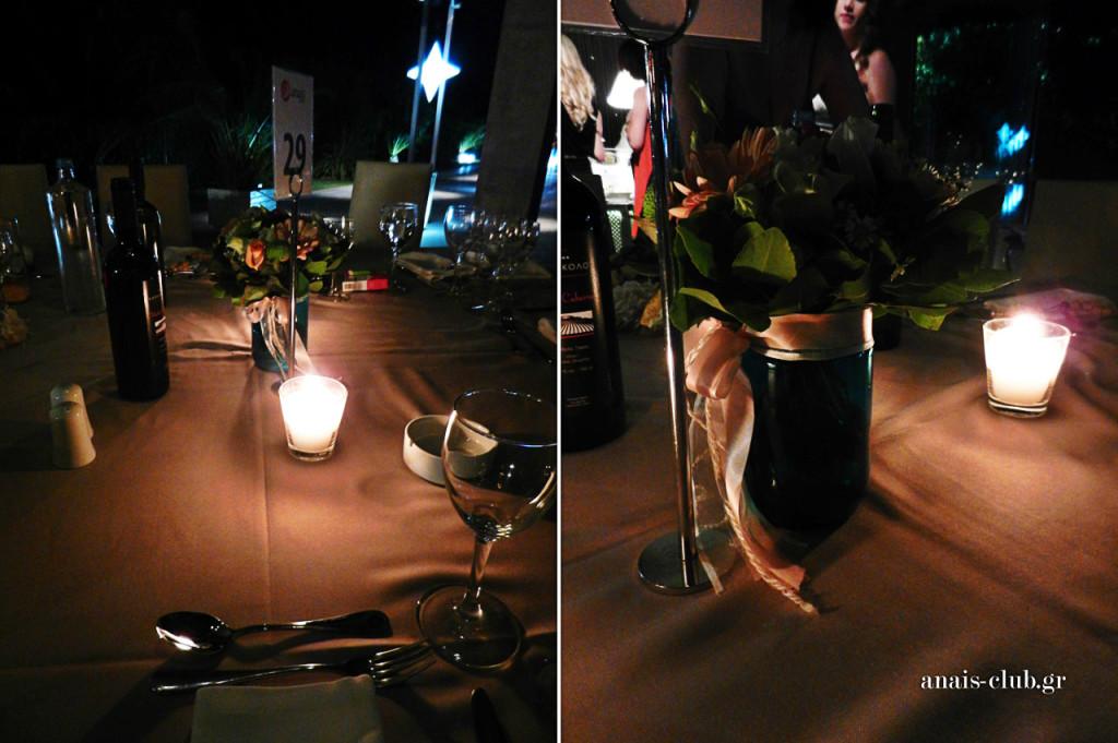 Centerpieces στα τραπέζια ήταν ωραία μπλε βαζάκια με λουλούδια, ενώ τα κεράκια συμπλήρωναν την ρομαντική εικόνα.