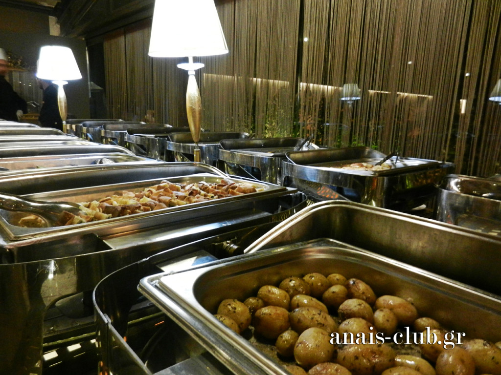 Ο μπουφές περιλαμβάνει γεύσεις από την ελληνική και διεθνή κουζίνα