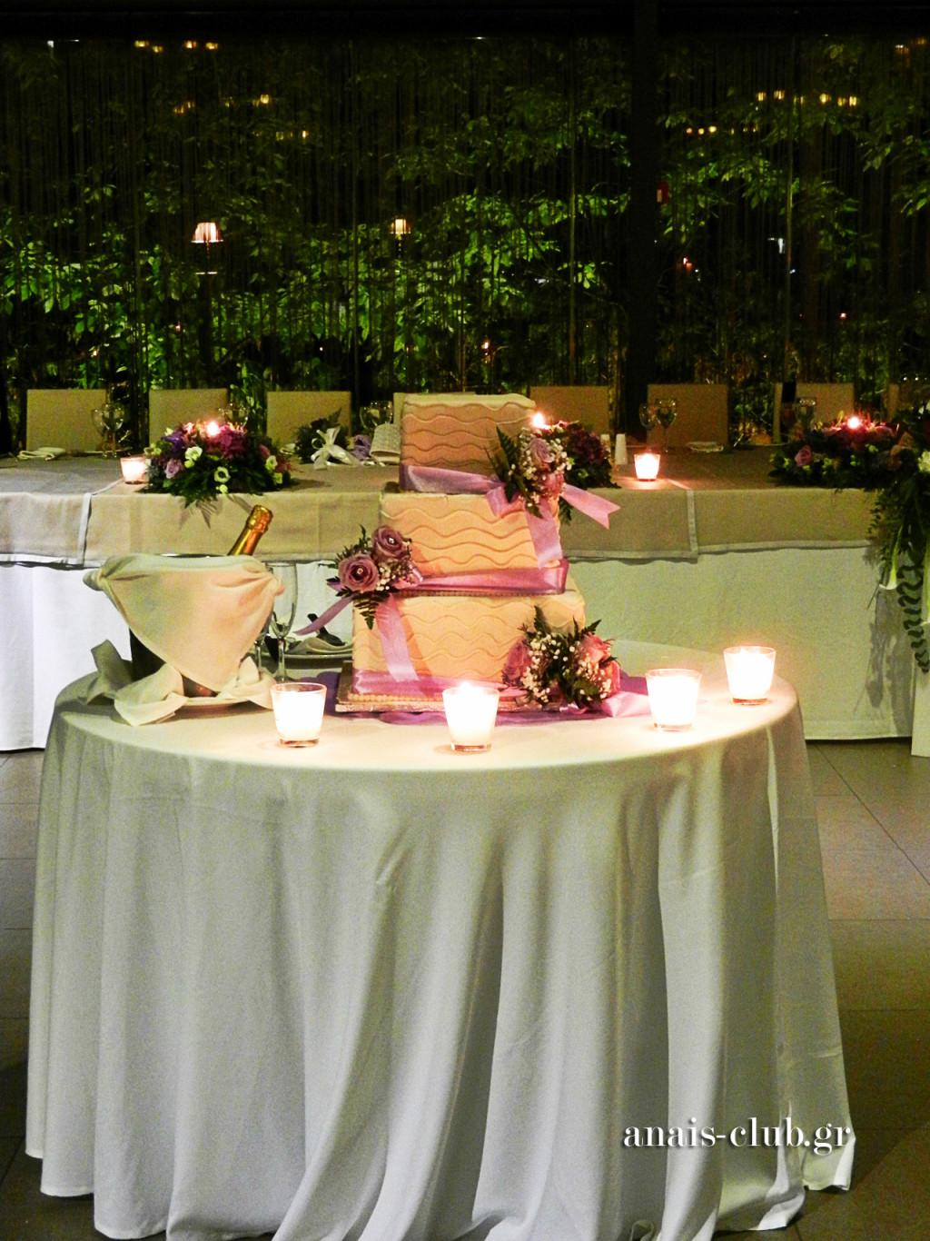 Το τραπέζι με την γαμήλια τούρτα είναι έτοιμο και όλοι αναμένουμε την είσοδο του ζευγαριού. Στο πλάι, η σαμπάνια έχει αποκτήσει την κατάλληλη θερμοκρασία.