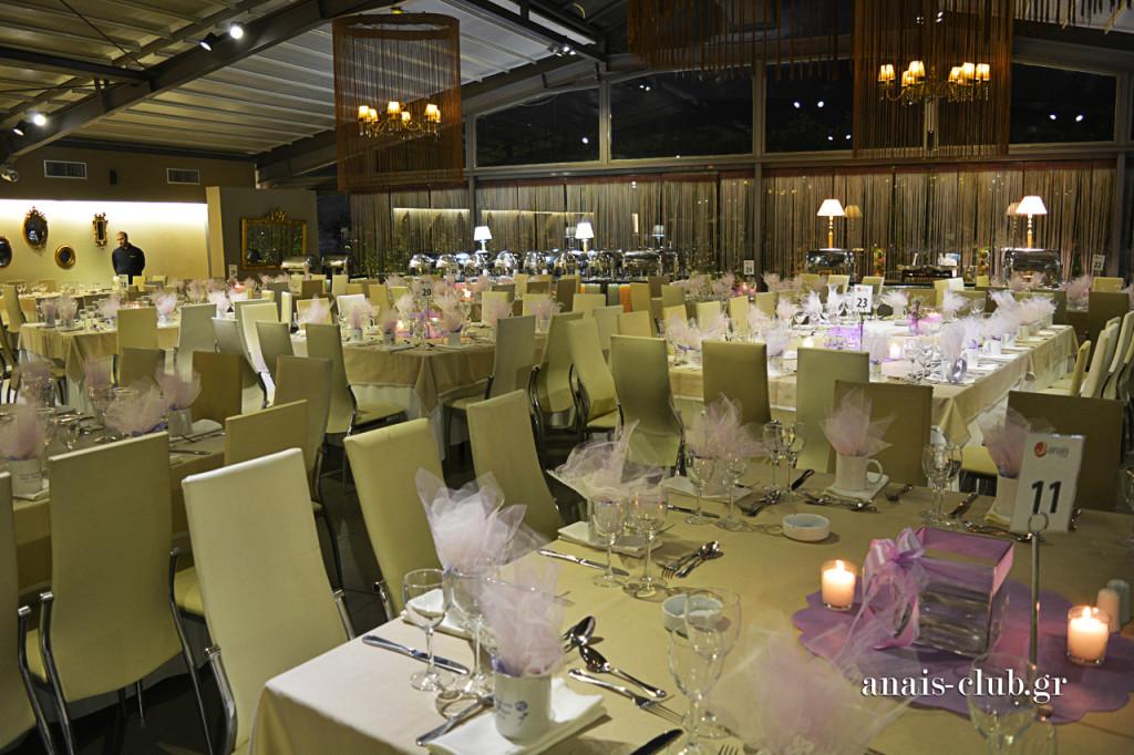 Στην αίθουσα Anaix Club έχουμε υιοθετήσει τα μεγάλα τετράγωνα τραπέζια των 12 ατόμων και αναπαυτικές καρέκλες. Ανάλογα με τις ιδιαιτερότητες κάθε εκδήλωσης, δημιουργούμε και μεγαλύτερα, παραλληλόγραμμα τραπέζια και δικαιωνόμαστε γι' αυτή την τακτική κάθε φορά που την ακολουθούμε.