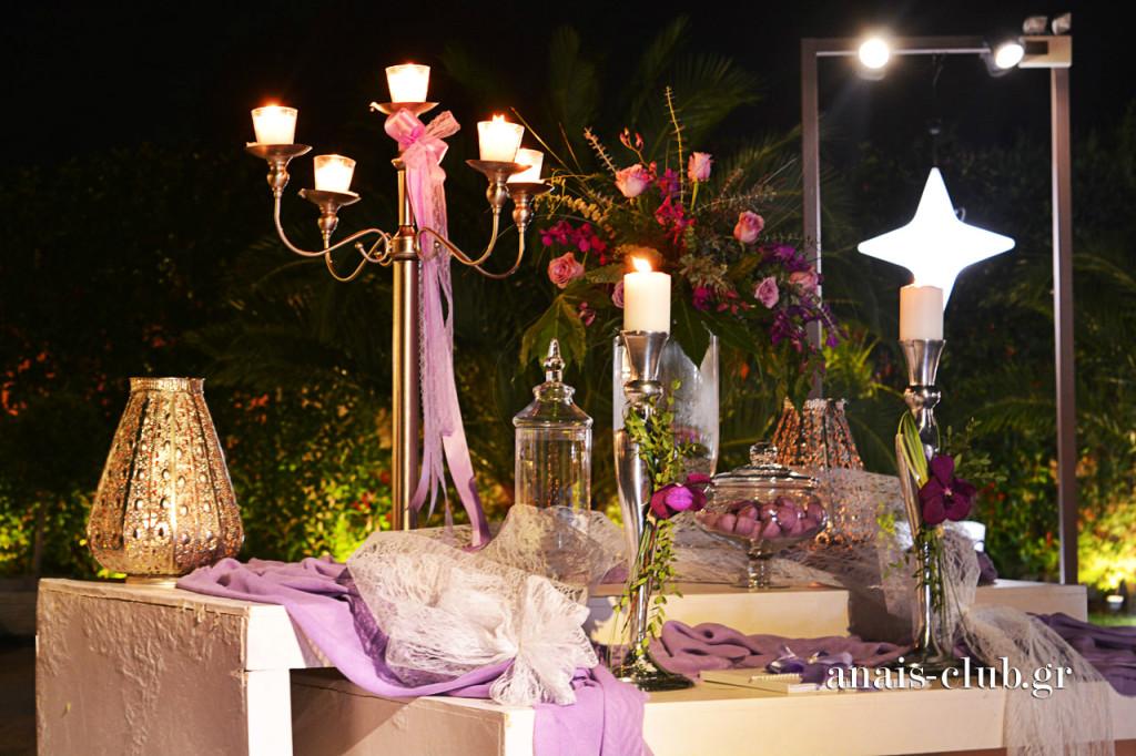 Το τραπέζι ευχών σε πλήρη αντιστοιχία με τον υπόλοιπο στολισμό, διατηρεί την χρωματική γραμμή και εμπλουτίζεται με μεταλλικά αντικείμενα και εντυπωσιακά φανάρια και κηροπήγια