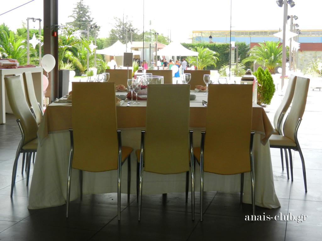 Τα τετράγωνα τραπέζια του Anais Club φιλοξενούν 12 άτομα και προσφέρουν ικανό χώρο για να διακοσμηθούν στο κέντρο με όποιο τρόπο αποφασίζει κάθε ζευγάρι