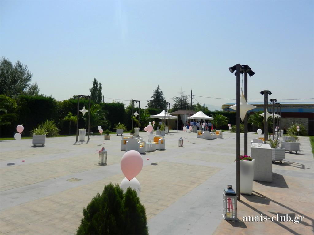 Ο εξωτερικός χώρος του Anais Club διακοσμήθηκε με μπαλόνια σε λευκό και ροζ χρώμα, καθώς και με μεγάλα λευκά φανάρια