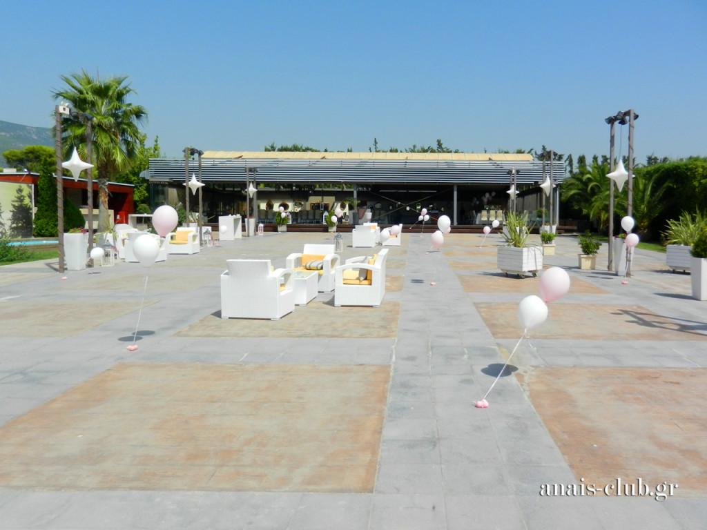 Γενική άποψη του εξωτερικού χώρου και της αίθουσας στο Anais Club, Κυριακή μεσημέρι, στη βάπτιση της Λυδίας.