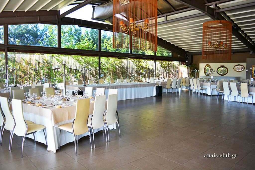 Άποψη της αίθουσας προς την πλευρά του νυφικού τραπεζιού και τον μεγάλο ελεύθερο χώρο που μετατρέπεται σε πίστα για τον χορό που θα ακολουθήσει