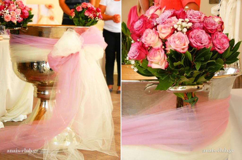 Ο στολισμός της κολυμβήθρας είναι ρομαντικός με ροζ τριαντάφυλλα, δάφνες και απαλά τούλια