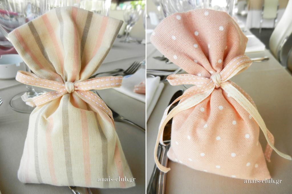 Οι μπομπονιέρες ήταν πουγκάκια από ύφασμα σε τόνους του ροζ και σε δύο διαφορετικά σχέδια
