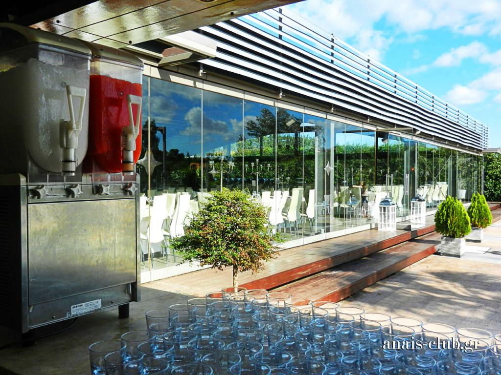 Άποψη της αίθουσας από το κτιστό εξωτερικό bar, όπου όλα είναι έτοιμα για την άφιξη των καλεσμένων