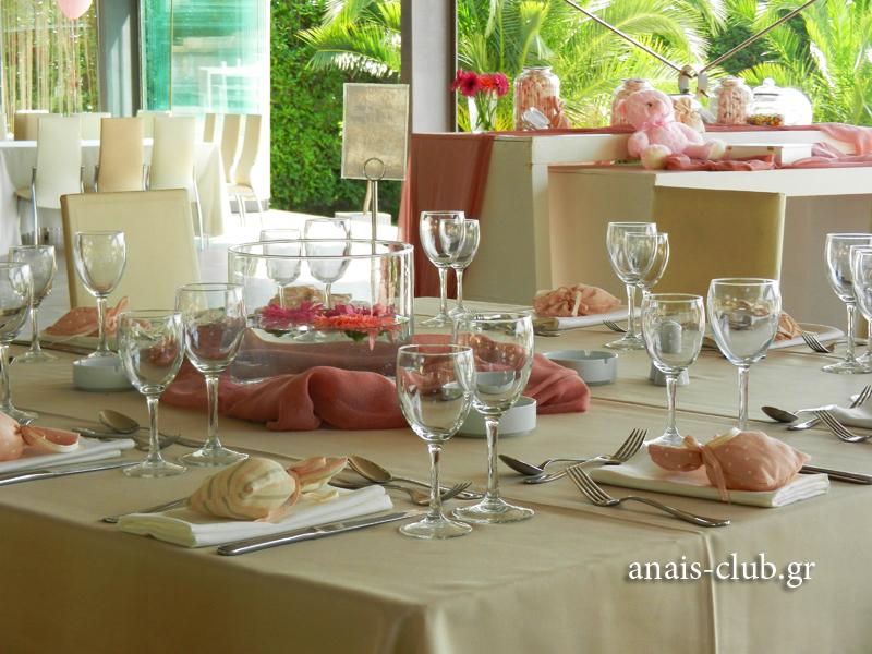 Κάθε τραπέζι στρώνεται με την φροντίδα των ανθρώπων του Anais Club και ακολουθεί όλους τους κανόνες που επιβάλλει η επαγγελματική τους κατάρτιση