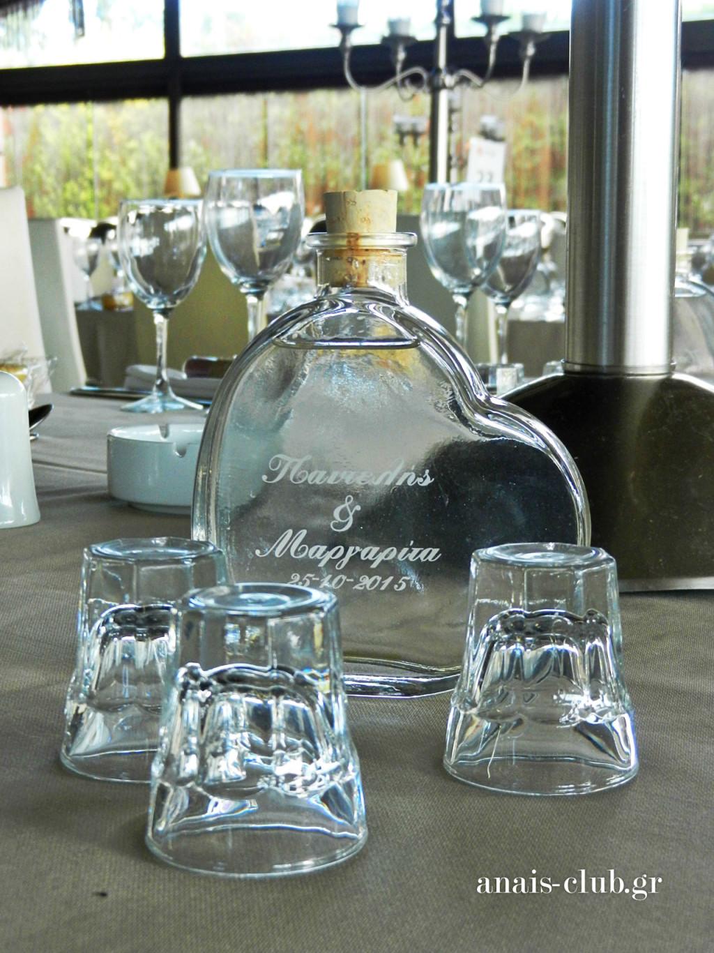 Και πέρα από τα παραδοσιακά ξεροτήγανα, σε κάθε τραπέζι, υπήρχε μπουκαλάκι σε σχήμα καρδιάς με τα ονόματα του ζευγαριού και την ημερομηνία γάμου, το οποίο περιείχε παραδοσιακό ελληνική ρακί