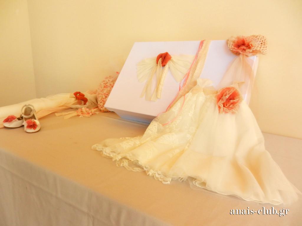 Και μια κλεφτή ματιά στα όμορφα βαπτιστικά ρούχα της νεοφώτιστης Λυδίας