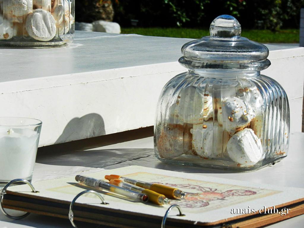 Λεπτομέρεια από το τραπέζι υποδοχής με το βιβλίο ευχών και τις γυάλες με τις λαχταριστές μαρέγκες