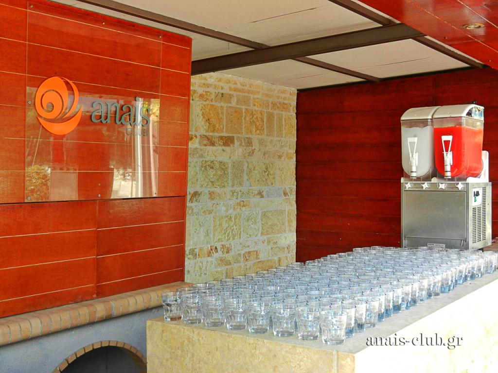 Ο καιρός ήταν τόσο καλός μέχρι και τα τέλη Οκτώβρη, που ως welcome drinks επιλέχθηκαν δροσιστικά cocktails, τα οποία προσφέρονταν από το εξωτερικό bar του χώρου