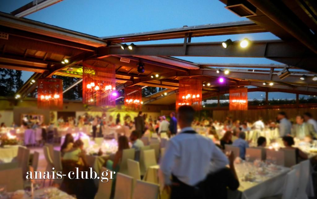 Απόδειξη του πόσο καλός ήταν ο καιρός και η θερμοκρασία είναι η ανοιχτή οροφή του Anais Club μέχρι αργά το βράδυ