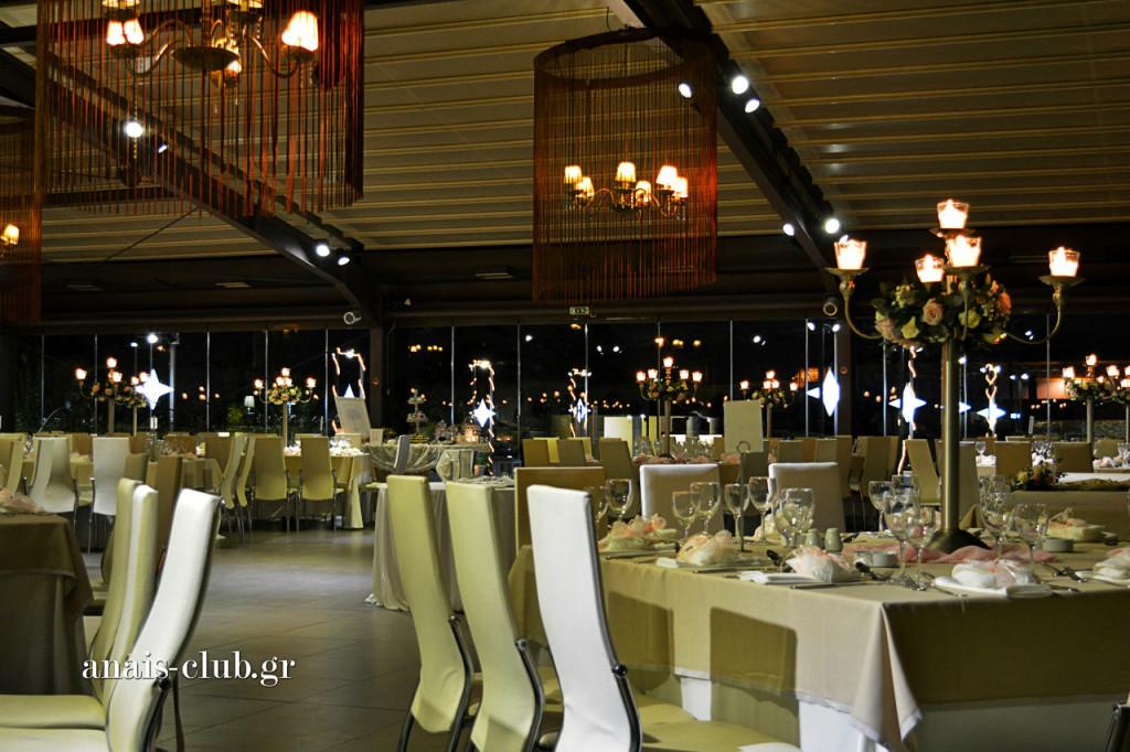 Τα τραπέζια στο Anais Club είναι μεγάλα και τετράγωνα, ώστε να κάθονται άνετα σε αυτά παρέες των 12 ατόμων.