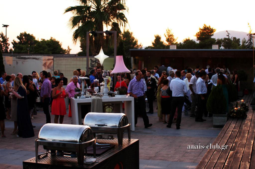Στιγμιότυπο από την ώρα της άφιξης των καλεσμένων, οι οποίοι συζητούν και χαλαρώνουν στους εξωτερικούς χώρους του Anais Club