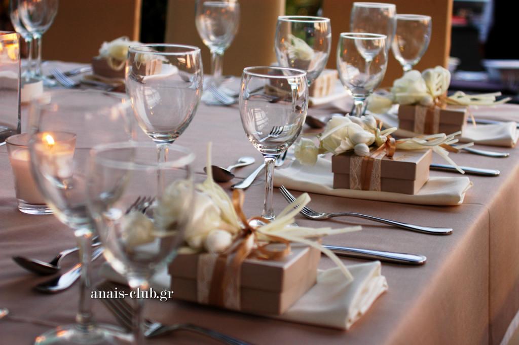 """Οι μπομπονιέρες γάμου, που ήταν συνδυασμός χάρτινου κουτιού και """"μπουκέτου"""" με κουφέτα, τοποθετήθηκαν από εμάς στις θέσεις των καλεσμένων στα τραπέζια"""