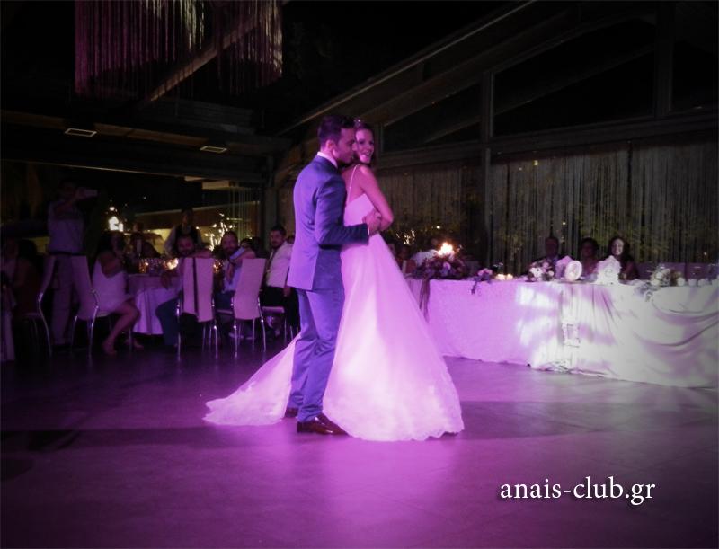 """Η Ευγενία και ο Θωμάς, μετά τον πρώτο τους χορό είχαν ετοιμάσει μια έκπληξη σε όλους. Άρχισε να ακούγεται η εισαγωγή του τραγουδιού """"Η αγάπη θέλει δύο"""" και οι δυο τους το χόρεψαν, αφήνοντάς μας εντυπωσιασμένους από τις φιγούρες και τη χορογραφία τους"""