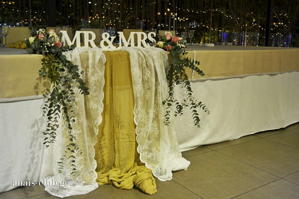Η διακόσμηση στο νυφικό τραπέζι είναι ρομαντική και συνδυάζει άριστα το vintage με το μοντέρνο