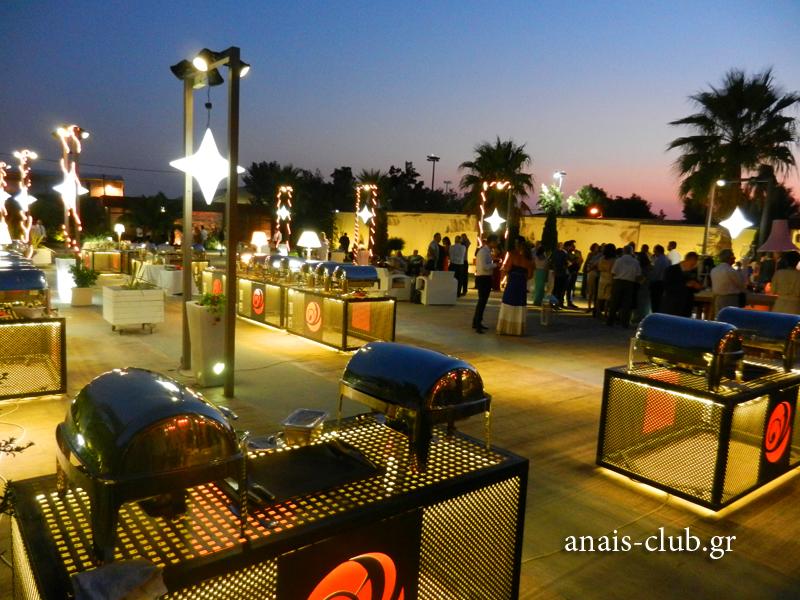 Οι μπουφέδες στήθηκαν στον εξωτερικό χώρο του Anais Club με τρόπο που να διευκολύνεται το σερβίρισμα των καλεσμένων