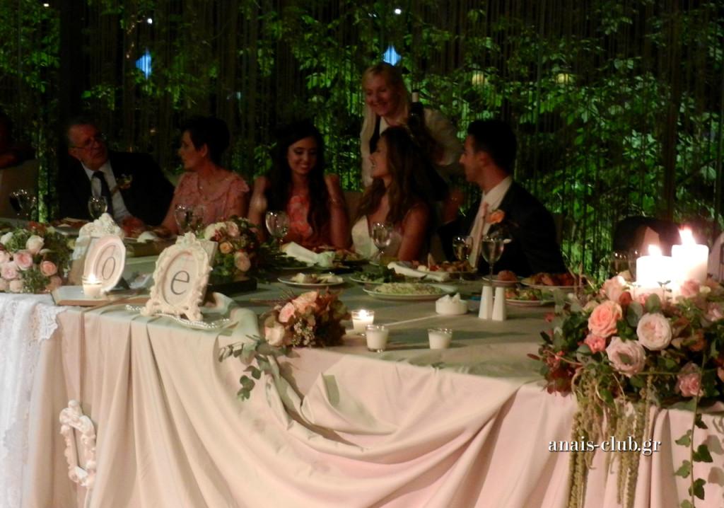 Στιγμιότυπο από το service στο νυφικό τραπέζι. Πάντα ένας από τους ικανούς και ευγενικούς ανθρώπους του Anais Club αναλαμβάνει να εξυπηρετεί άμεσα ό, τι χρειάζεται στο νυφικό τραπέζι