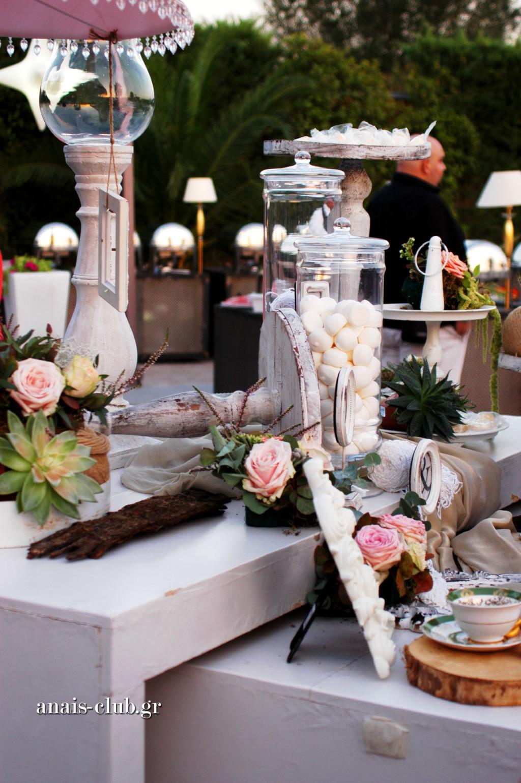 Το τραπέζι με το βιβλίο ευχών τράβηξε την προσοχή και οι καλεσμένοι έγραφαν τις ευχές τους ο ένας μετά τον άλλο