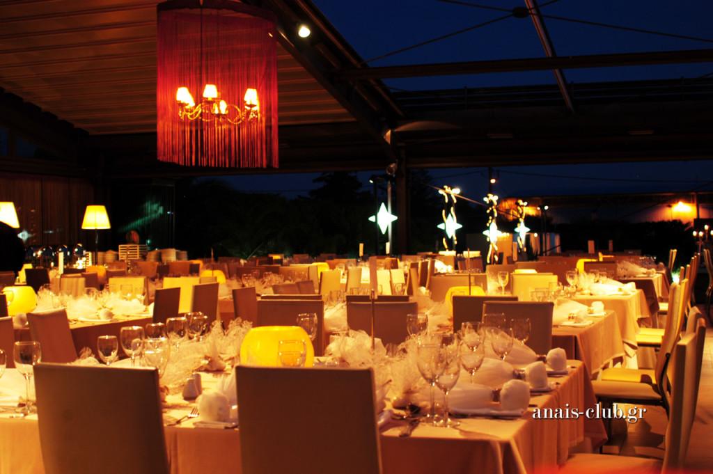 Τα μεγάλα τετράγωνα τραπέζια στο Anais Club φιλοξενούν 12 άτομα και δίνουν έτσι τη δυνατότητα να δημιουργηθούν μεγαλύτερες παρέες